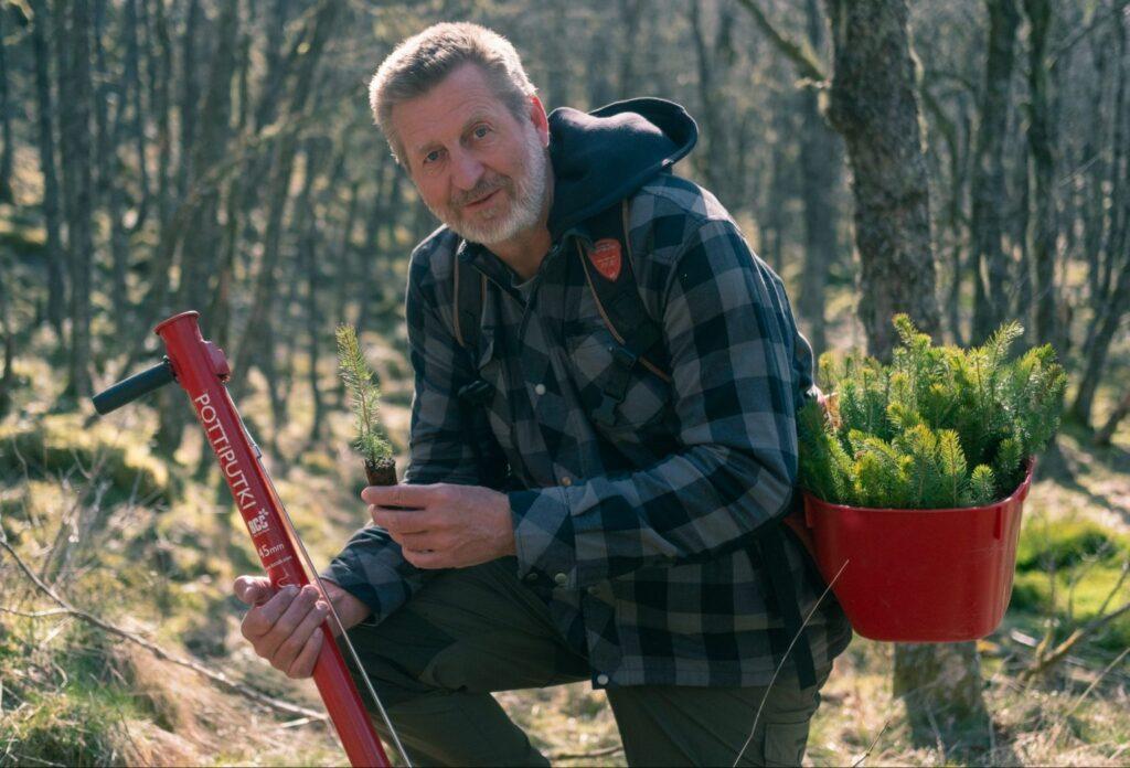 Miljøansvarlig i Cappelen Damm, Roy Jensrud, planter skog i Rogaland. (foto-Lars-Lindtner)